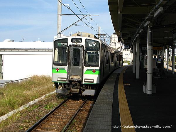 1番線から出発するE127系電車新潟行