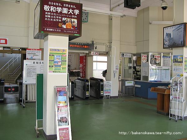白山駅旧駅舎内の窓口と自動改札周りの様子