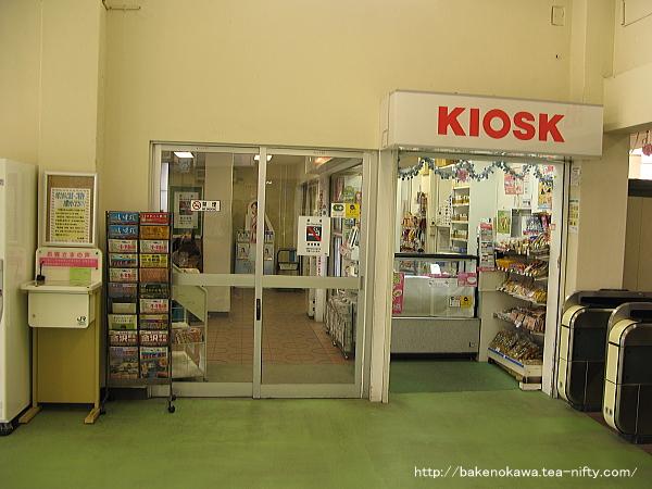 待合室とキオスクの出入り口