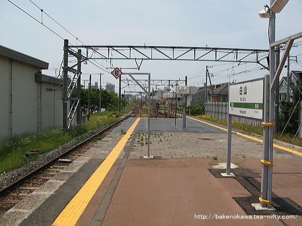 改修がまだ及んでいない島式ホーム端から関屋駅方を見る