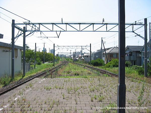 改修着手以前の島式ホーム端から関屋駅方を見る