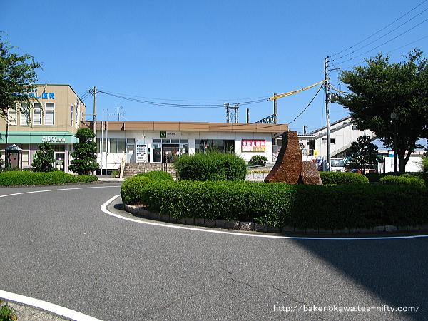 東新潟駅駅舎全景と駅前ロータリーの様子