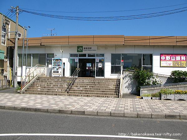 東新潟駅駅舎の出入り口付近