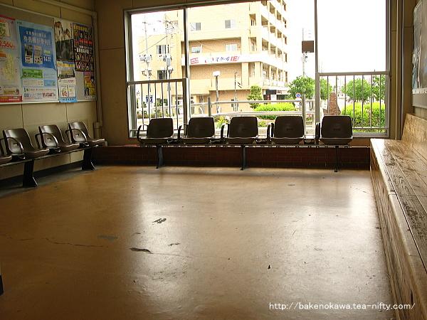 駅舎構内側の待合室内部
