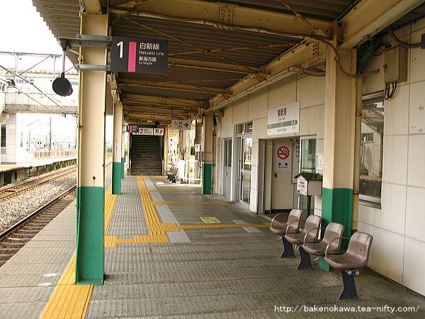 駅舎構内側出入り口と、その奥の跨線橋出入り口の位置関係