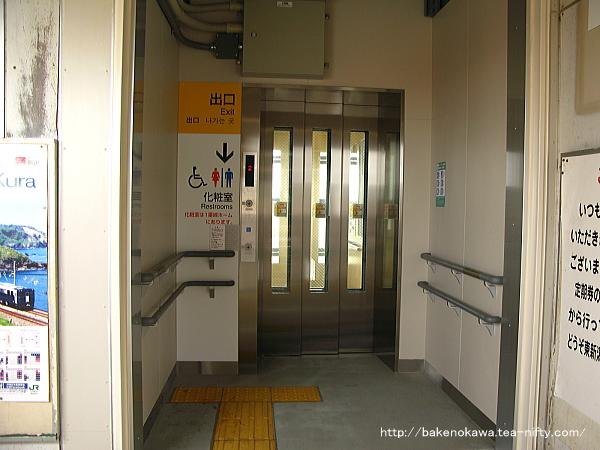 跨線橋に新設されたエレベーターの出入り口
