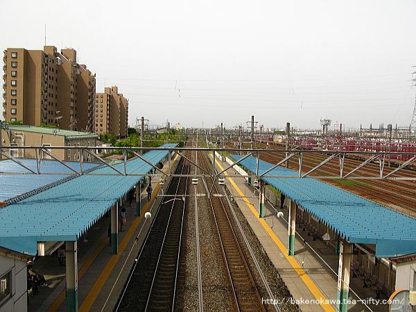 跨線橋上から見た東新潟駅構内の新潟駅方