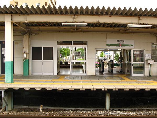 2番ホーム上から見た駅舎構内側