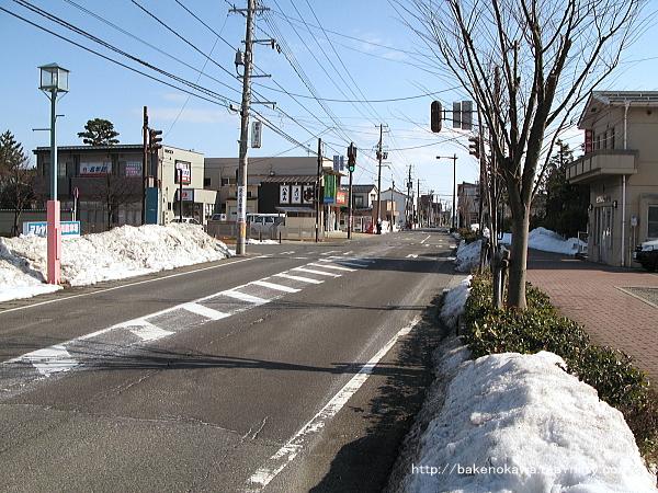 駅付近の路線バスが通る県道