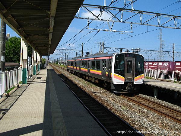 東新潟駅2番線に進入するE129系電車豊栄行