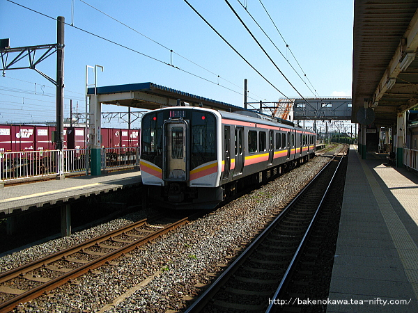 東新潟駅2番線に停車中のE129系電車豊栄行