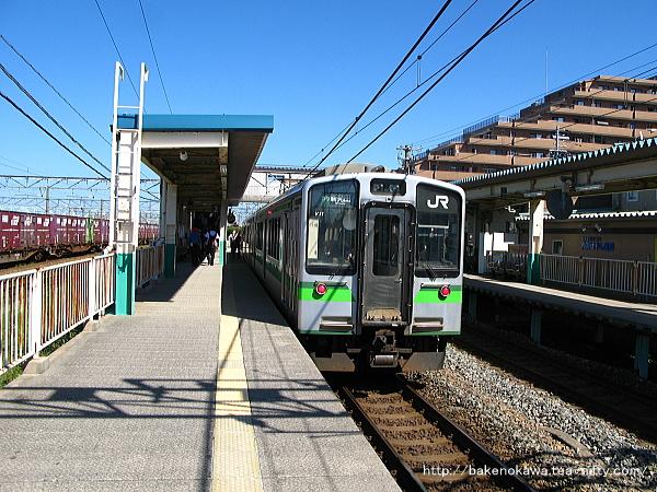 白新線では2015年3月をもって過去帳入りしたE127系電車豊栄行が2番線に停車中