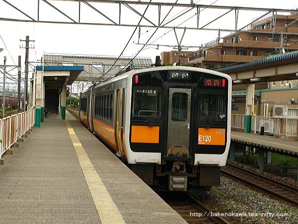 東新潟駅2番線を通過するキハE120二連の気動車快速「べにばな」米沢行