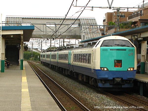 東新潟駅1番線を通過する485系電車R編成の特急「いなほ」新潟行