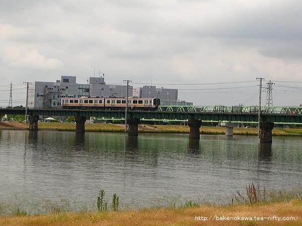 信濃川鉄橋を渡るE129系電車