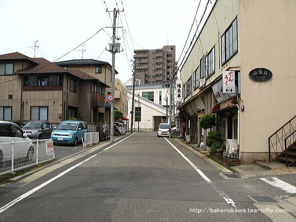 関屋駅南口前通りの様子