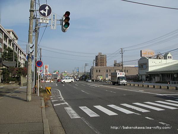 駅南口近くの県道