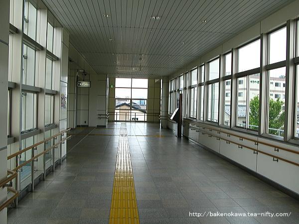 関屋駅橋上駅舎南北自由通路の様子