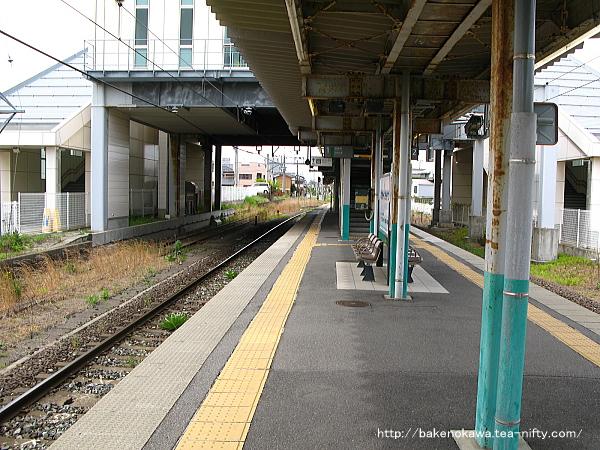 関屋駅の島式ホームその3