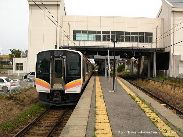 関屋駅2番線に停車中のE129系電車新潟行