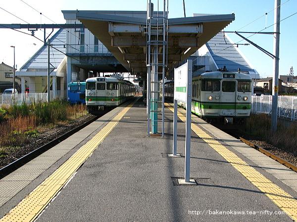 関屋駅で115系電車同士の列車交換