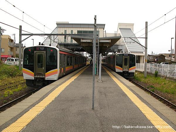 関屋駅でE129系電車同士の列車交換