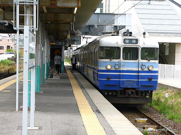 関屋駅1番線に停車中の115系電車新潟行