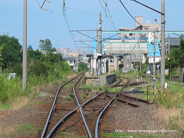 踏切から見た旧駅舎時代の構内
