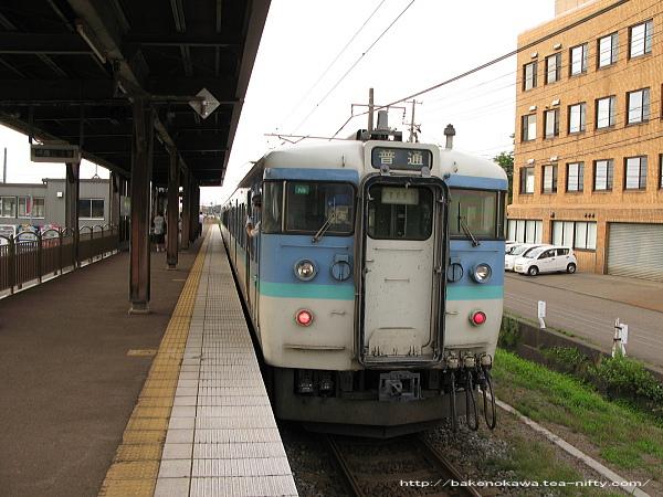 春日山駅を出発する115系電車