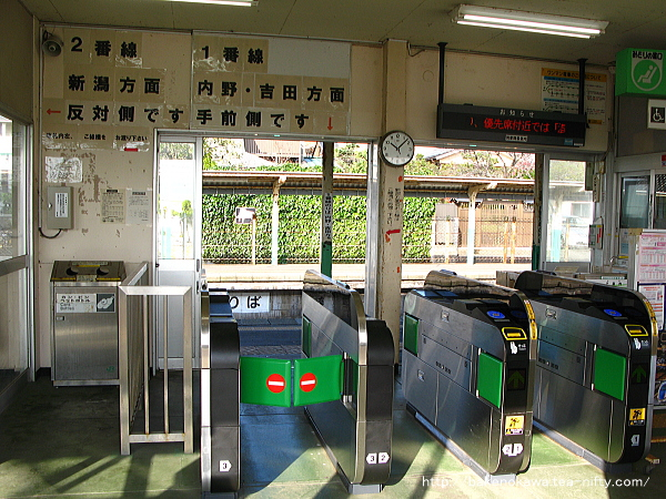 小針駅駅舎内の自動改札機群