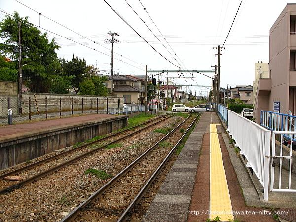 1番線端から青山駅方を見る