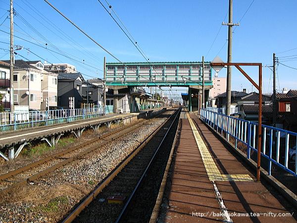 1番線の寺尾駅方から見た小針駅構内