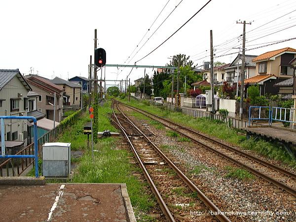 1番線端から寺尾駅方を見る