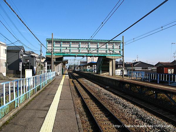 2番線の寺尾駅方から見た小針駅構内