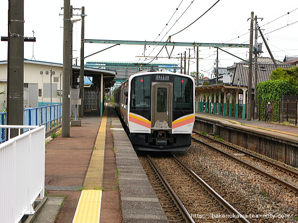 小針駅1番線から発車するE129系電車内野行