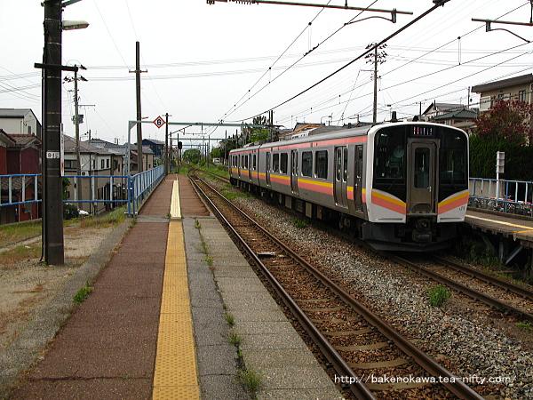 小針駅2番線に進入するE129系電車新潟行