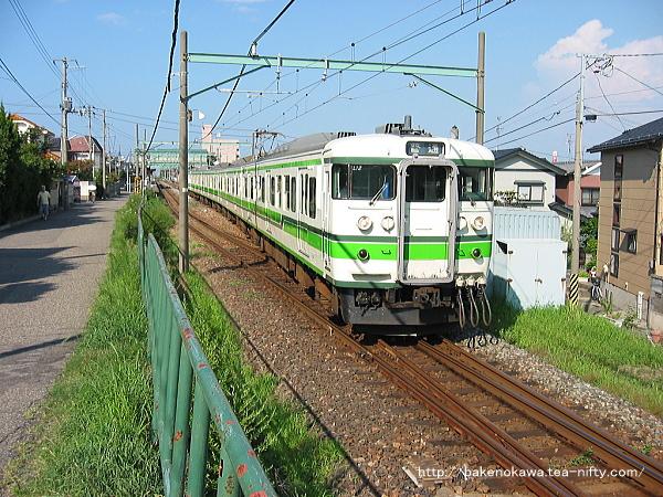 真夏の小針駅を出発加速する115系電車吉田行