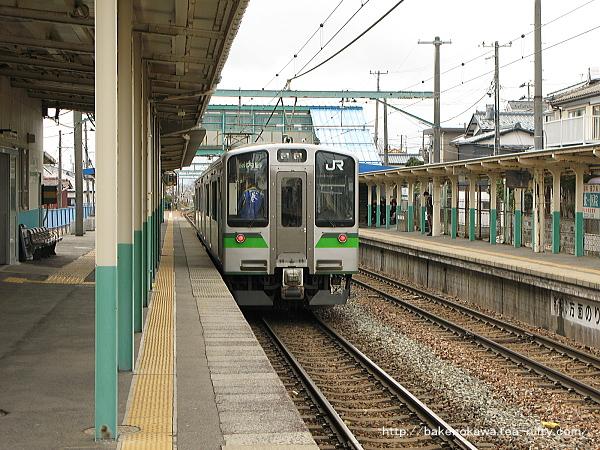 弥生春未だの小針駅を出発するE127系電車内野行