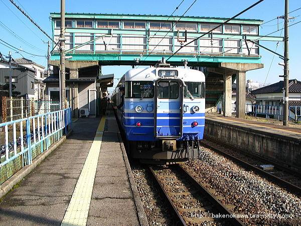 小針駅2番線に停車中の115系電車新潟行