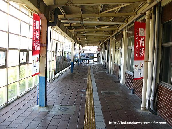 坂町駅駅舎の構内側