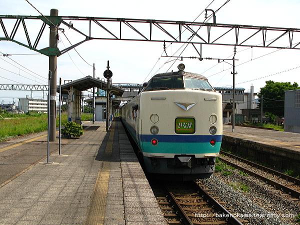 坂町駅に停車中の、485系電車特急「いなほ」