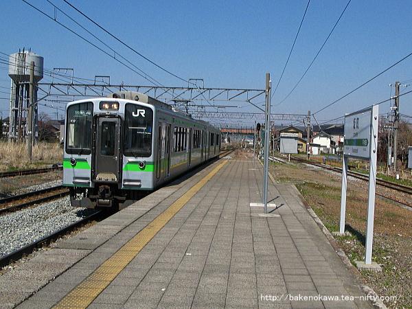 坂町駅に進入するE127系電車