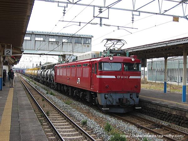 坂町駅を通過するEF81形電気機関車牽引の貨物列車