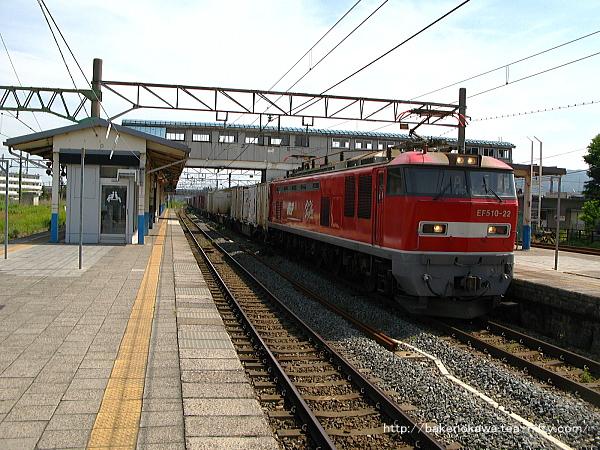 坂町駅を通過するEF510形電気機関車牽引の貨物列車