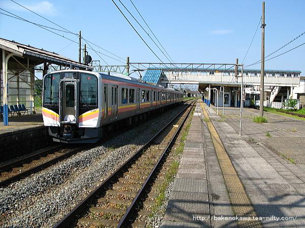 坂町駅に停車中のE129系電車