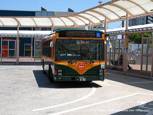 白山駅前を出発する新潟交通運行のBRT