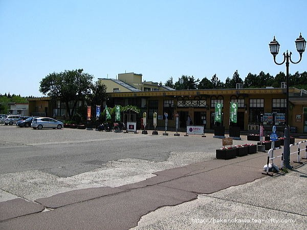 斜め方向から見た駅舎