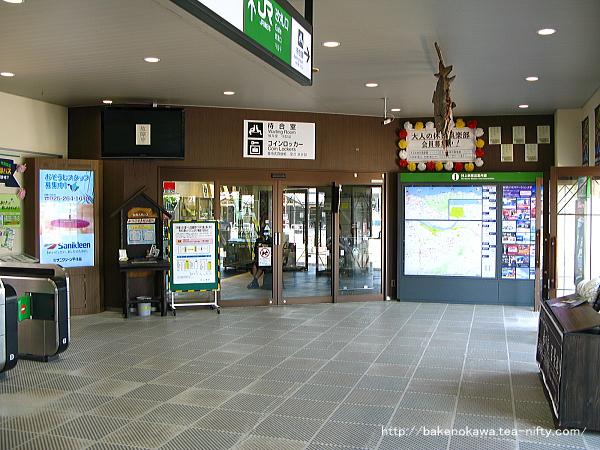駅舎内向かって右側の待合室出入り口