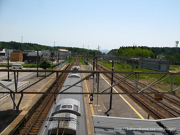 跨線橋上から見た構内の岩船町駅方