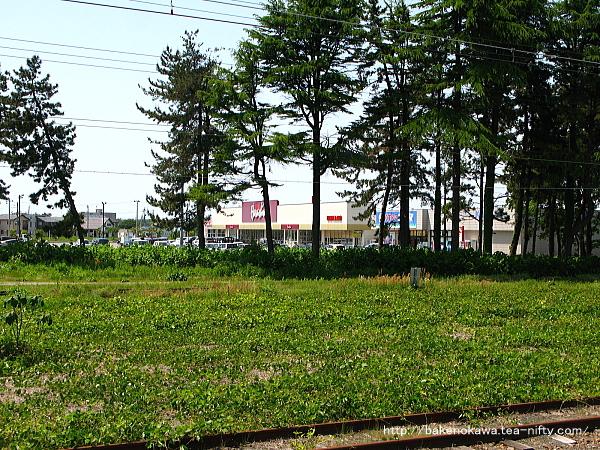 島式ホーム上から見た駅西口のスーパー